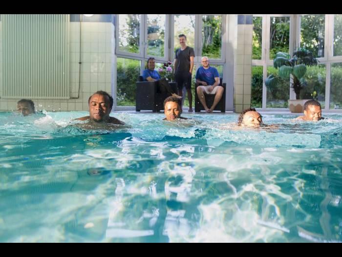ASYLKREIS ROSSDORF Kurs bietet Flüchtlingen die Gelegenheit, das Schwimmen zu lernen und die Schwimmschule Kokoro-Swimfit unterstützt das Vorhaben